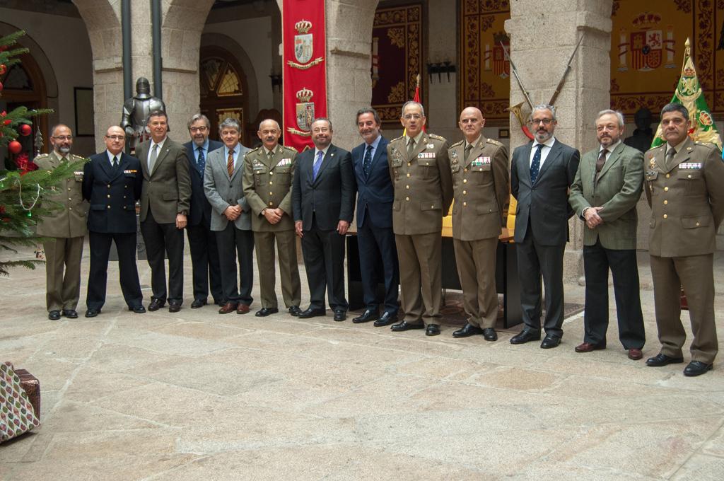 Foto de familia de los asistentes al acto celebrado el pasado 17 de diciembre en el patio del Palacio de Capitanía.